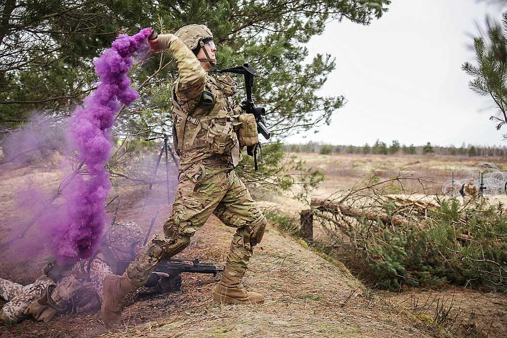 Latvijas aizsardzības sistēmas kodols ir profesionālais militārais dienests. Attēlā: decembra vidū Ādažu poligonā Sauszemes spēku kājnieku brigādes karavīri pārbaudīja savas prasmes kaujas šaušanas vingrinājumā, pirms sākt pildīt uzdevumus Sevišķi ātras reaģēšanas vienības kaujas grupas sastāvā ar šā gada 1. janvāri. Par Sevišķi ātras reaģēšanas vienības izveidi dalībvalstis vienojās NATO samitā Velsā 2014. gadā, lai uzlabotu alianses spējas reaģēt uz jaunajiem drošības izaicinājumiem. Sevišķi ātro reaģēšanas vienību būs iespējams izvietot dažu dienu laikā, lai reaģētu uz jebkuriem izaicinājumiem, kas rastos kādā no NATO dalībvalstīm.