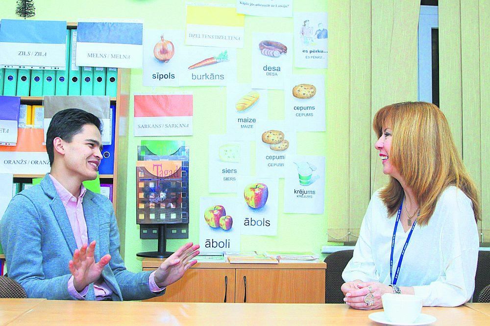 """Biedrības """"Dialogu nams"""" menedžeris Ilhoms Halimzoda un Latviešu valodas aģentūras metodiķe Ērika Pičukāne apspriež sarīkojuma """"Kopā ar latviešu valodu – latviešu valodā"""" programmu."""