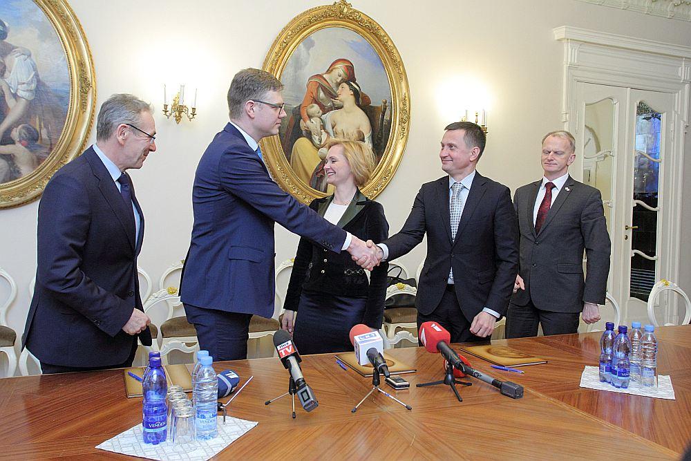 """Labējās partijas vārdos solījušas Rīgas domē nesadarboties ar """"Saskaņu"""" un """"GKR"""", bet, lai kādam pēc vēlēšanām tomēr nerastos kārdinājums """"krist grēkā"""", vakar politiķi parakstīja arī rakstisku apņemšanos. No kreisās: """"Vienotības"""" priekšsēdētājs Andris Piebalgs, mēra amata kandidāts Vilnis Ķirsis, NA mēra amata kandidāte Baiba Broka, ZZS priekšsēdētājs un Rīgas saraksta līderis Armands Krauze un NA līdzpriekšsēdētājs Gaidis Bērziņš."""