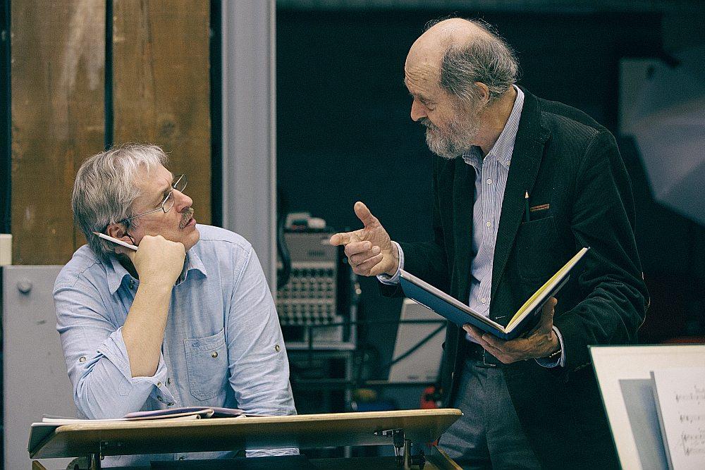"""""""Mums šis nebūs parasts gadījums, kad aizbraucam uz kādu koncertzāli,"""" saka Latvijas Radio kora mākslinieciskais vadītājs, diriģents Sigvards Kļava (no kreisās) pirms kora brauciena uz Vāciju. Slavenais igauņu komponists Arvo Perts latviešu mūziķiem uz Hamburgu līdzi nebrauks, taču šajās dienās bija ieradies Rīgā, lai piedalītos mēģinājumā."""