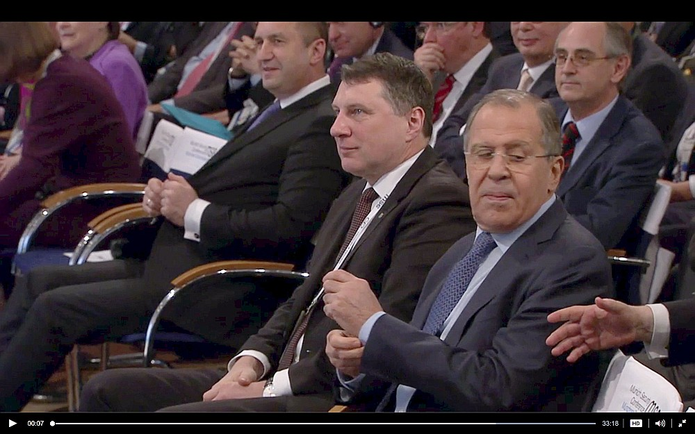 Minhenes drošības konferencē Latvijas Valsts prezidents Raimonds Vējonis kādā brīdī sēdēja blakus Krievijas ārlietu ministram Sergejam Lavrovam, taču abas amatpersonas viena pret otru ieturējušas distanci.