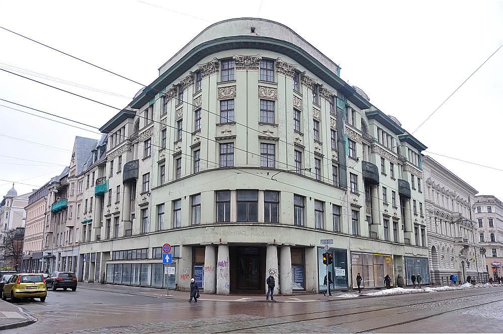 Latvijas Nacionālās bibliotēkas bijusī ēka Krišjāņa Barona ielā 14 ar kopējo telpu platību 3968,9 kvadrātmetri. Šo māju neveiksmīgi mēģina pārdot jau kopš 2015. gada rudens.