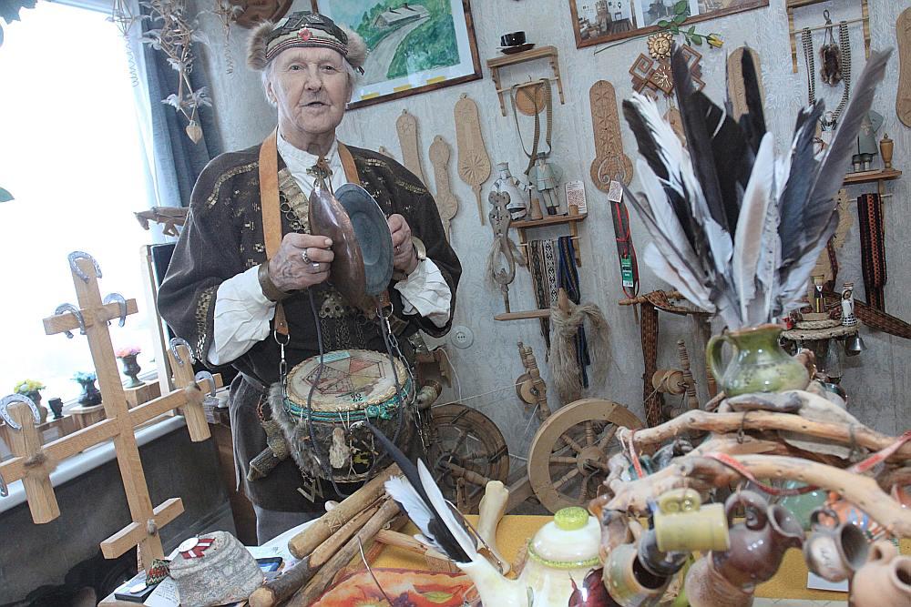 Valdi Orlovu viņa skaistā tautastērpa dēļ mēdz dēvēt par Tukuma Lāčplēsi. Viņam pašam tas ļoti patīk.