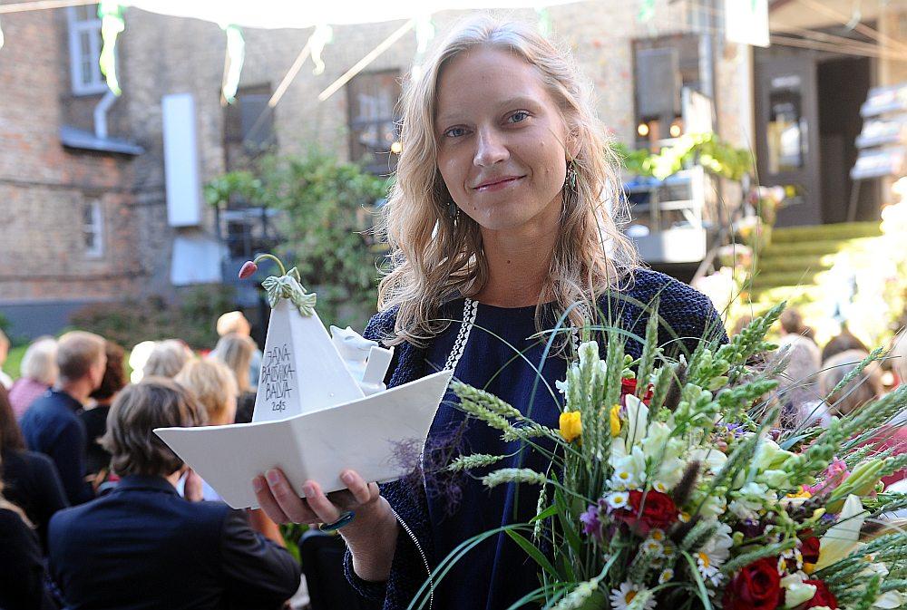 Rakstniece Luīze Pastore ar 2015. gadā iegūto Starptautisko Jāņa Baltvilka balvu bērnu literatūrā un grāmatu mākslā.