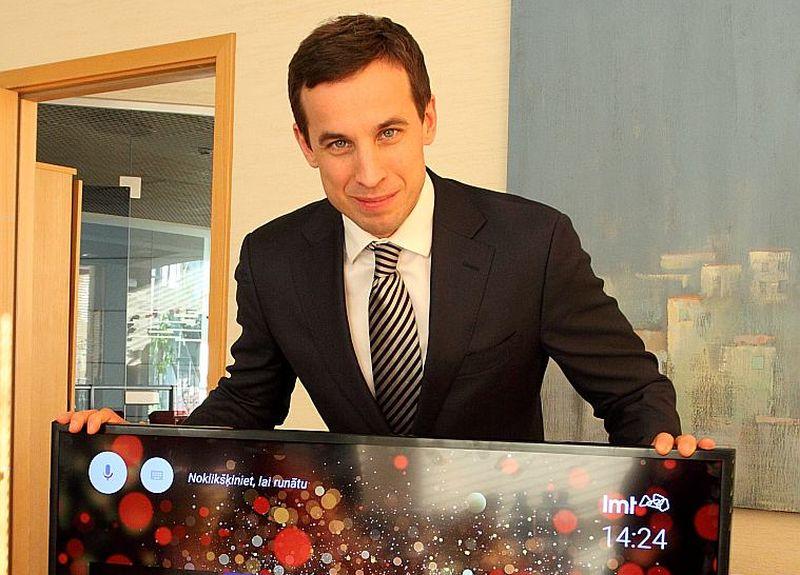 """""""LMT"""" viceprezidents mārketinga un biznesa attīstības jautājumos Ingmārs Pūķis demonstrē viedtelevīzijas jauno koncepciju, kas televizorā ļauj izmantot dažādas lietotnes."""