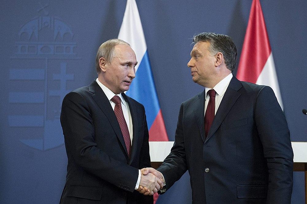 Analītiķi atzīmē, ka Krievijas prezidents Vladimirs Putins (no kreisās) dodas uz Budapeštu, lai tiktos ar eiroskeptiski noskaņotas ES dalībvalsts vadītāju Ungārijas premjerministru Viktoru Orbānu, kas varētu palīdzēt Kremlim ES sankciju atcelšanā.