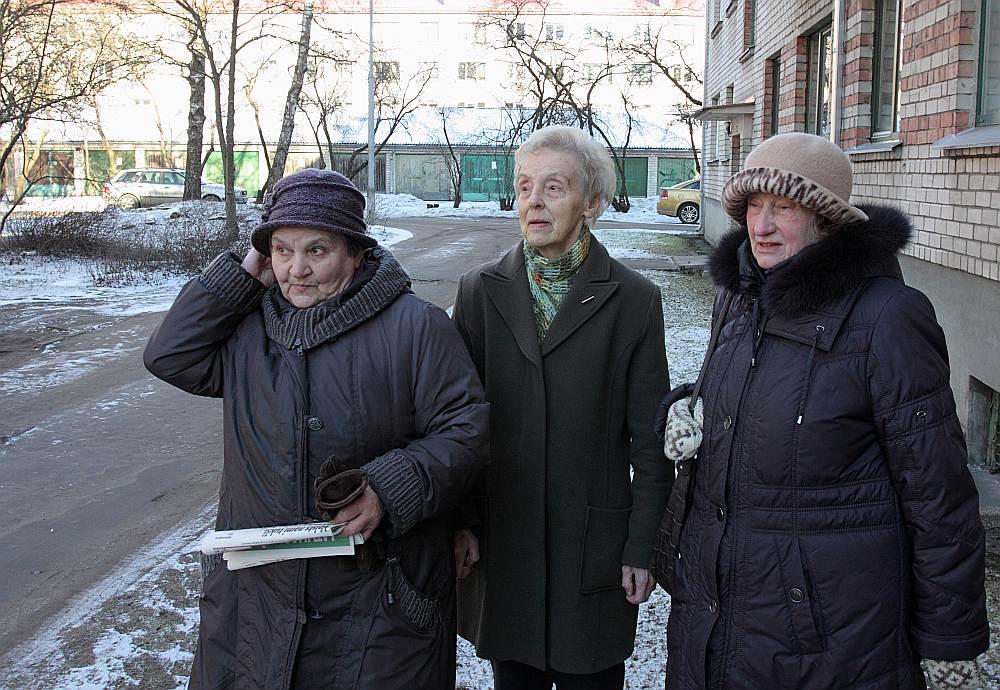 Raunas ielas 45/5. nama iedzīvotājas (no kreisās) Ludmila Žeglova, Brigita Brizga, Velga Vītoliņa saka, ka par zemi nemaksājot, jo, viņuprāt, šajos apstākļos to no viņām nevarot prasīt.