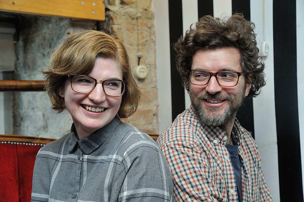 """Mākslinieki Anna un Krišs Salmaņi uzskata – 21. gadsimta sākumā dziesmā jāieliek kaut kas vairāk uz nākotni vērsts, lai skrien skudriņas pār kauliem, kā klausoties Vītola """"Gaismas pili""""."""