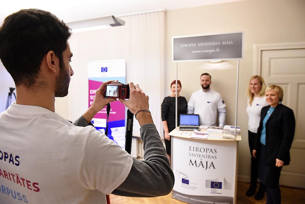 Izglītības un zinātnes ministrijā 7. decembrī atklāja Eiropas Solidaritātes korpusa interneta platformu, kurā jauniešiem vecumā no 17 līdz 30 gadiem ir iespēja pieteikties visdažādākajām brīvprātīgā darba iespējām.