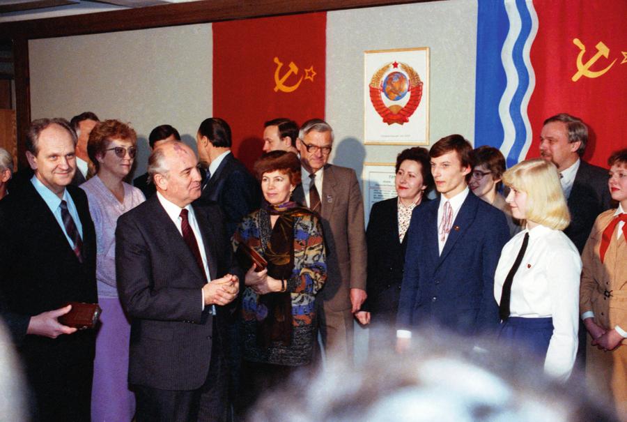 Gorbačovu pāris apmeklēja Ādažu vidusskolu, kur tikās ar jauniešiem un uzklausīja viņu viedokli par iecerēto reformu kursu.