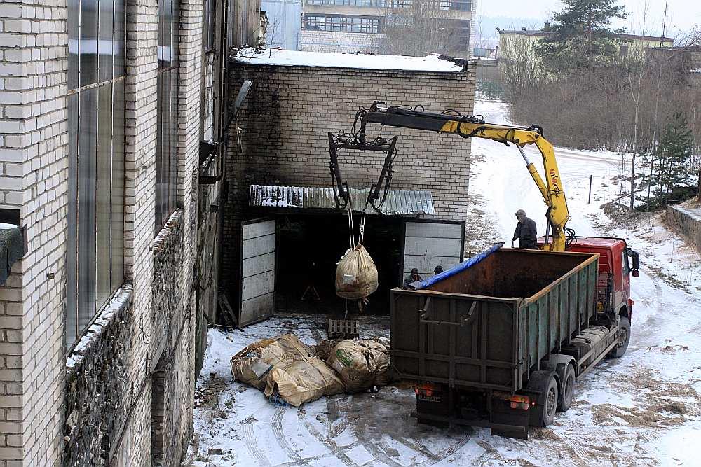 """Dzīvnieku izcelsmes blakusproduktus un sadzīves atkritumus jau vairākus gadus Vangažos dedzina SIA """"Entalpija"""". Pašlaik pie tās izkrauj puspuvušas aitādas."""