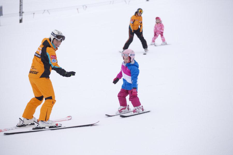 Ziemas sporta iemaņas labāk apgūt profesionāla instruktora vadībā – ātrāk varēsiet izbaudīt ziemas sporta prieku un arī slēpošana būs drošāka.