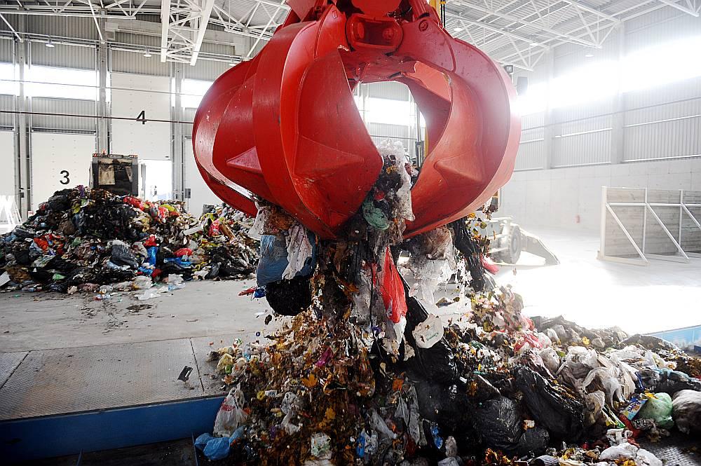 Maksa par nešķiroto atkritumu izvešanu vidēji tiek lēsta aptuveni 15 eiro par kubikmetru – pusotrreiz augstāka nekā patlaban. Turklāt vēlāk arvien vairāk kāps ieņēmumi no šķiroto atkritumu pārdošanas.