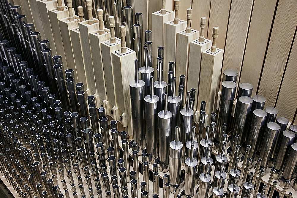Šomēnes atklātajā Elbas filharmonijā Hamburgā arī iebūvētas ērģeles apmēram divu miljonu eiro vērtībā. Mūzikas instrumentam ir 4765 stabules. Latvija īpaši lepojas ar faktu, ka Elbas filharmonijas ērģeļkoncertu programmu sastādītāja un mākslinieciskā vadītāja ir Iveta Apkalna, kura spēlēja arī ērģeļmūzikas pirmajā koncertā 27. janvārī.