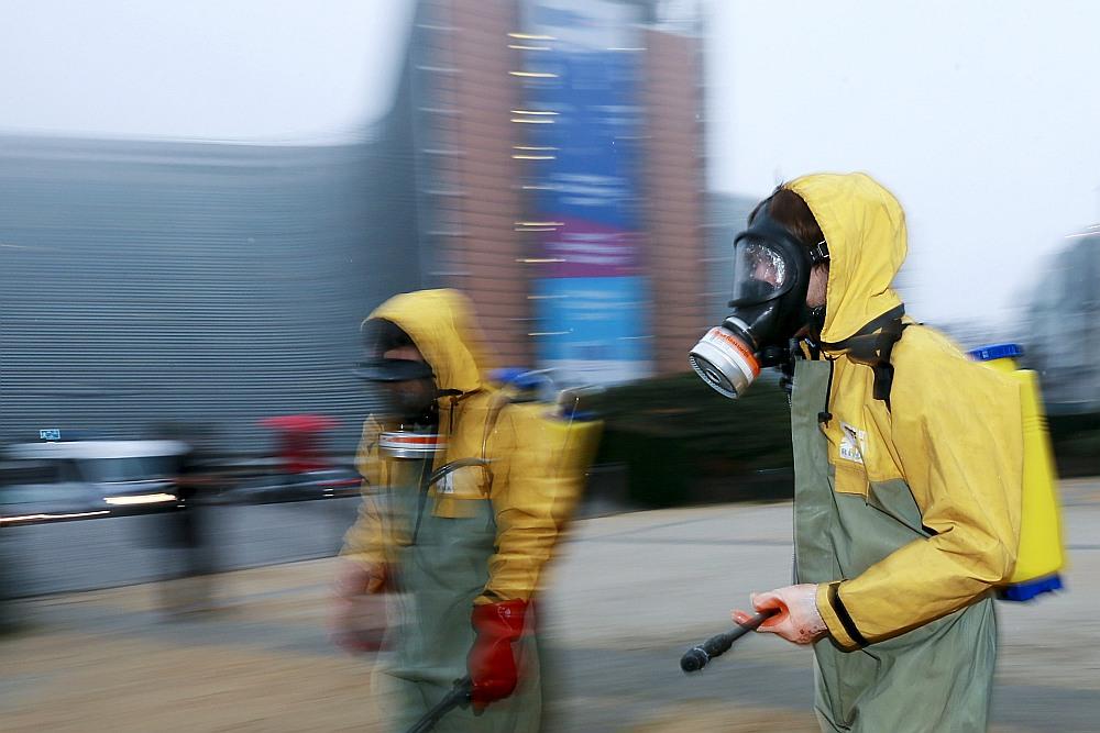 """Dabas aizsardzības organizācijas """"Greenpeace"""" aktīvisti izsmidzina viltus pesticīdus Šūmaņa laukumā pie Eiropas institūciju mītnēm Briselē. Protests organizēts, lai veicinātu Eiropas pilsoņu iniciatīvu aizliegt glifosātu un reformēt pesticīdu apstiprināšanas procedūru."""