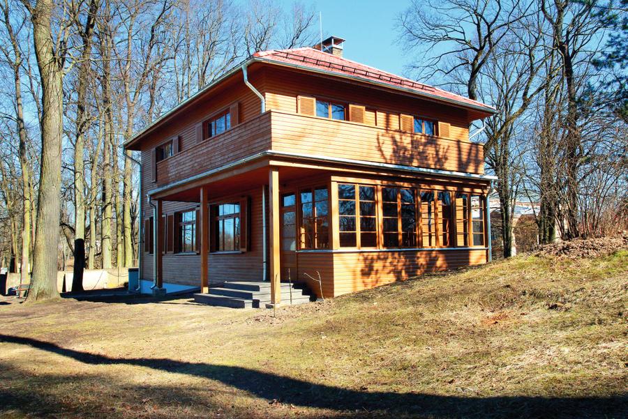 Jāņa Akuratera muzejs ir iekārtots pēc arhitekta Vernera Vitanda projekta speciāli dzejnieka ģimenei funkcionālisma stilā 1933. gadā uzceltā koka savrupmājā, kurā dzejnieks dzīvoja četrus gadus. Mājā var izjust to radošo gaisotni, kad te ciemojušies K.Skalbe, Z.Mauriņa, K.Ubāns u.c.