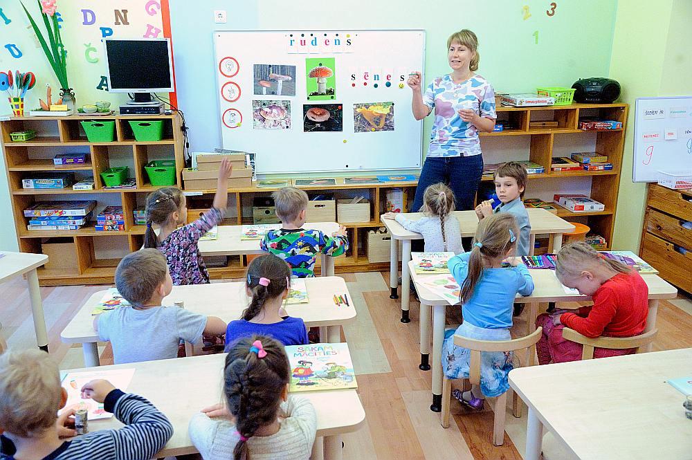 Gan vecāki, gan bērnu attīstības speciālisti bažījas, ka sešgadnieki nevarēs nosēdēt solā 40 minūtes.