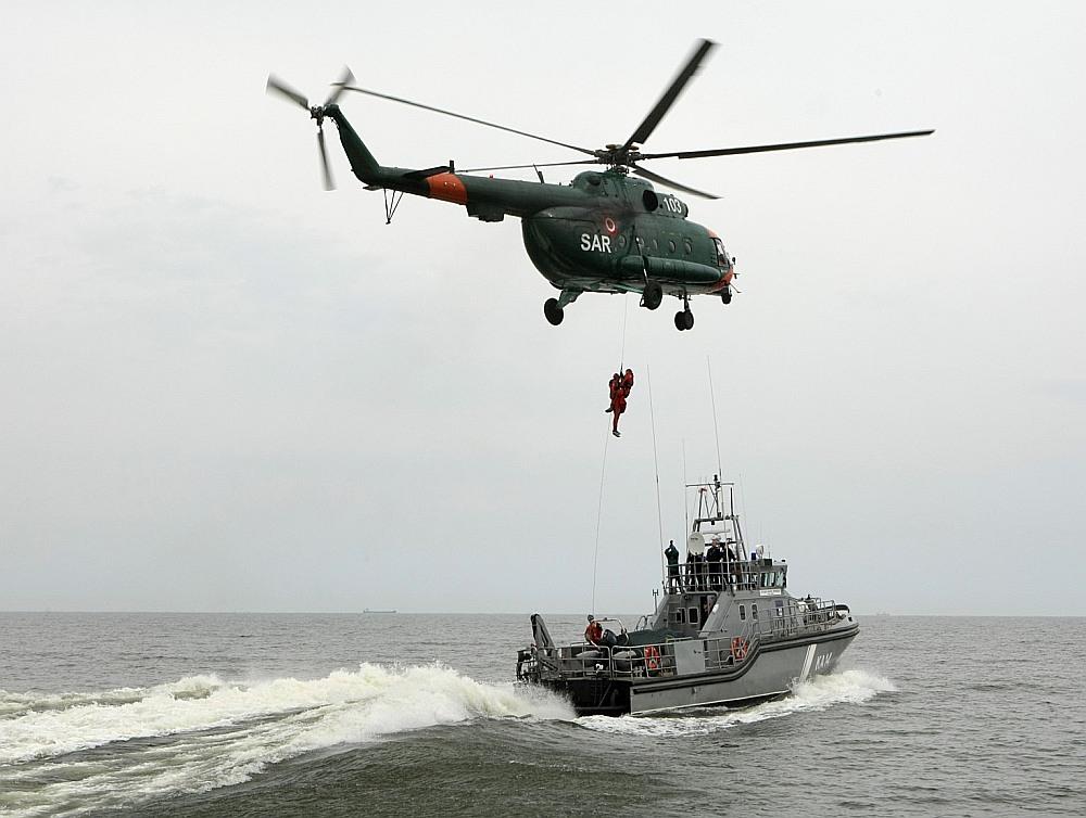 Jūras spēku flotiles kuģu glābēji regulāri trenējas kopā ar helikopteru ekipāžām, lai reālos apstākļos būtu gatavi jūrā izglābt cilvēkus. Kuģu komandas gatavība operācijām – 15 minūtes dienā, pusotra stunda naktī.