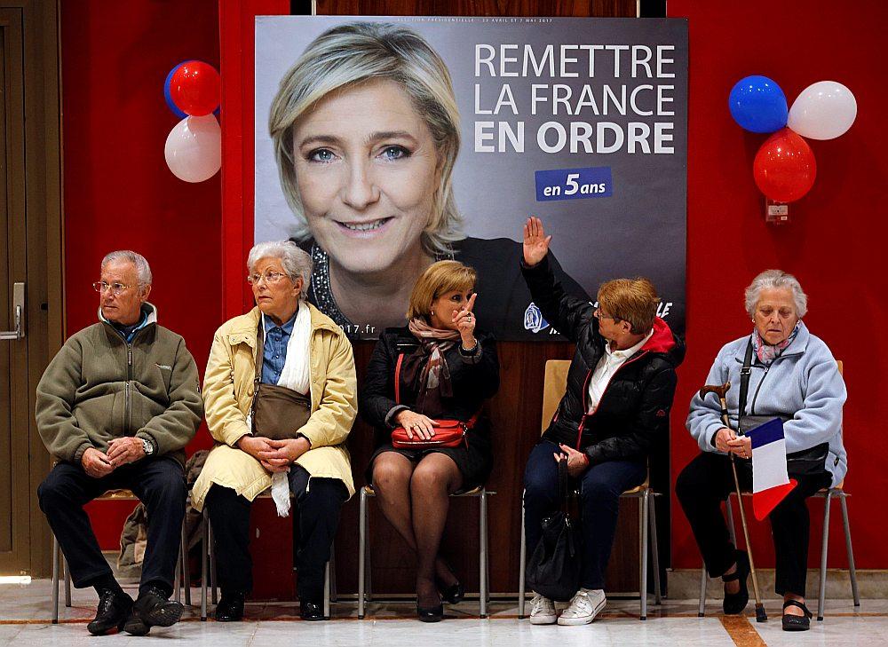Pirms Marinas Lepēnas, Francijas Nacionālās frontes līderes, priekšvēlēšanu aģitācijas pasākuma Sentrafaēlā pirms vēlēšanām.
