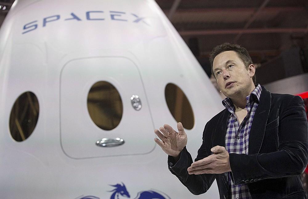 """Tūristi ceļojumā dosies ar """"SpaceX"""" jauno kosmosa kuģi """"Crew Dragon"""", kura pirmais izmēģinājuma lidojums paredzēts šogad, paziņoja kompānijas vadītājs Īlons Masks."""
