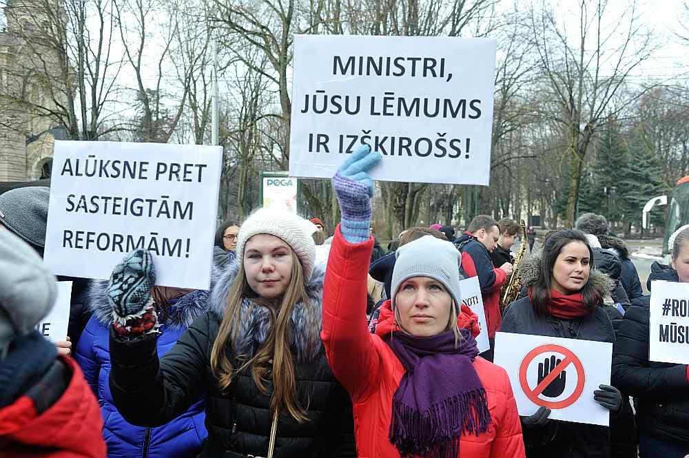 Jau vairākas nedēļas otrdienās valdības sēžu laikā pie Ministru kabineta notiek pretesta akcijas pret plānoto Rīgas Pedagoģijas un izglītības vadības akadēmijas likvidāciju. Ministri aizvien vēl nav gatavi galalēmuma pieņemšanai.