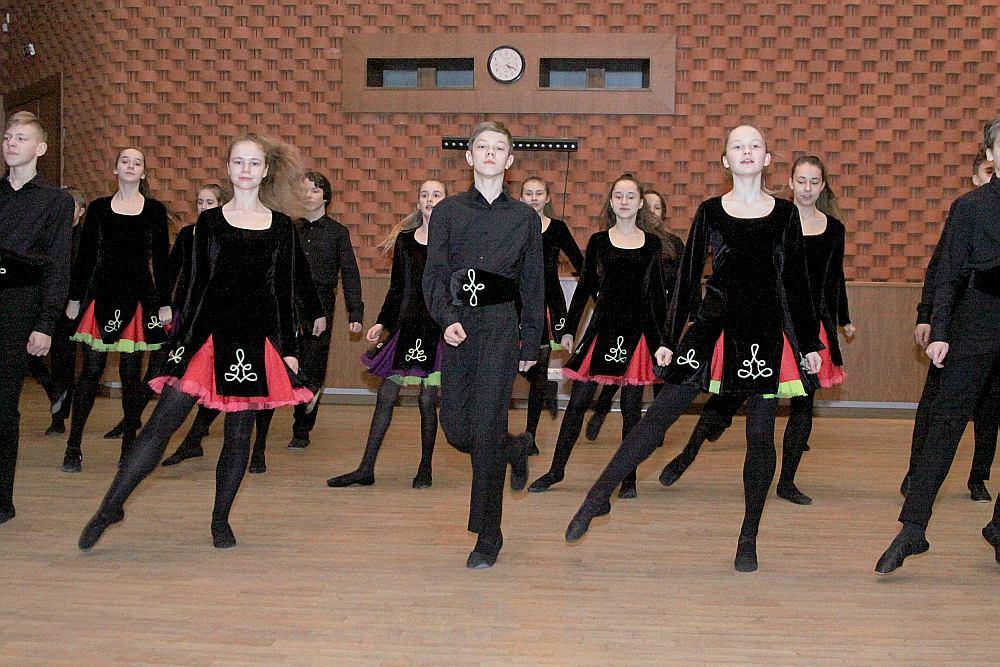 """Tautas deju ansamblis """"Zelta sietiņš"""" izdejos 21 ES valstu dejas."""