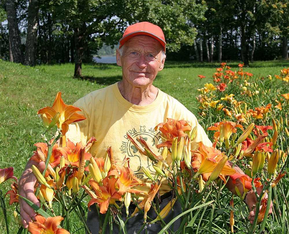Šo pirms gadiem uzņemto fotogrāfiju, kur Jānis Vasarietis ir dārzā Staburaga pagastā, uzdāvinājām viņam piemiņai par šīsnedēļas apciemojumu.