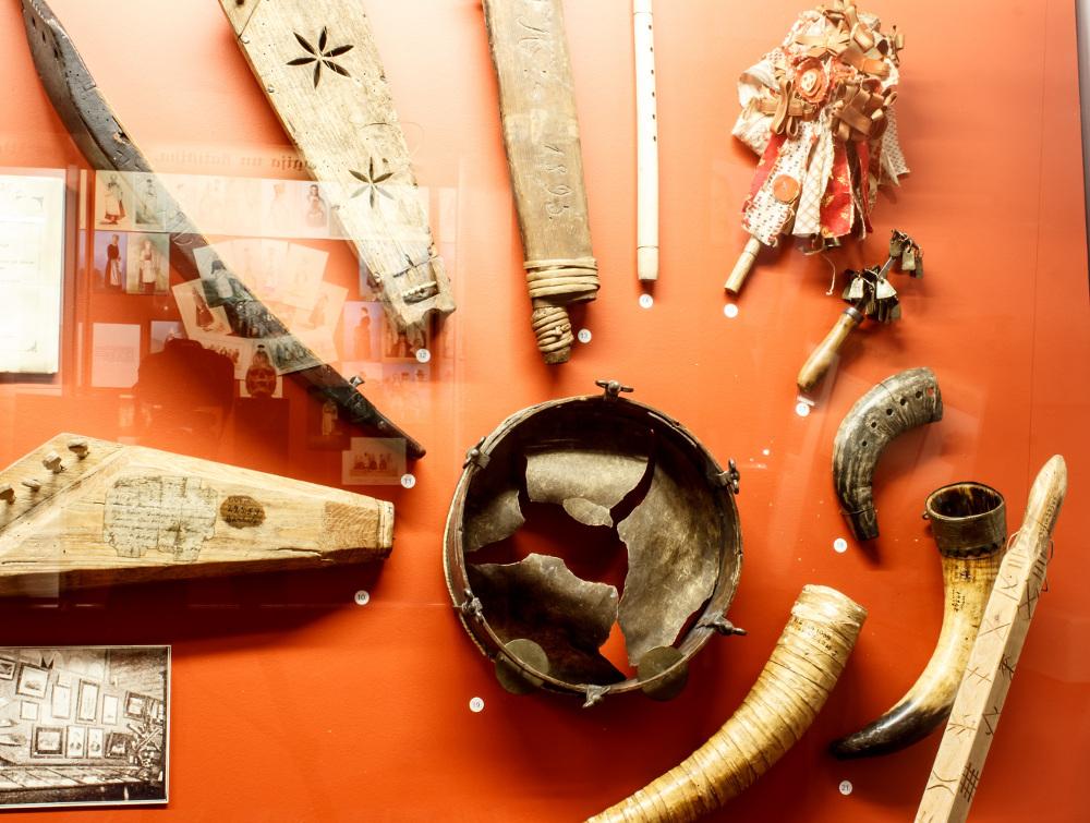 """LNVM izstādē """"Versija – latvieši: 1896. gada latviešu etnogrāfiskā izstāde"""" eksponētie tradicionālie mūzikas instrumenti."""