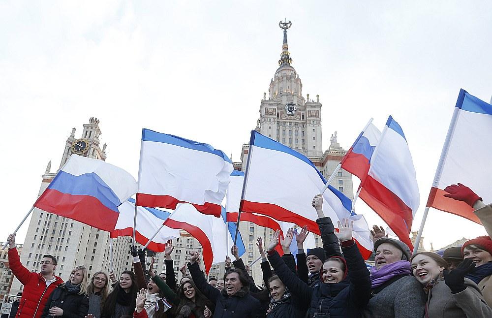 """Krimas aneksijas trešā gadskārta netika atzīmēta ar plašām svinībām Maskavas centrā, kā tas bija divus iepriekšējos gadus, bet ar festivālu """"Pavasaris"""" Zvirbuļu kalnos, kur atrodas Maskavas Valsts universitātes galvenā ēka, par pasākuma rīkotājiem uzdodot MVU studentus."""
