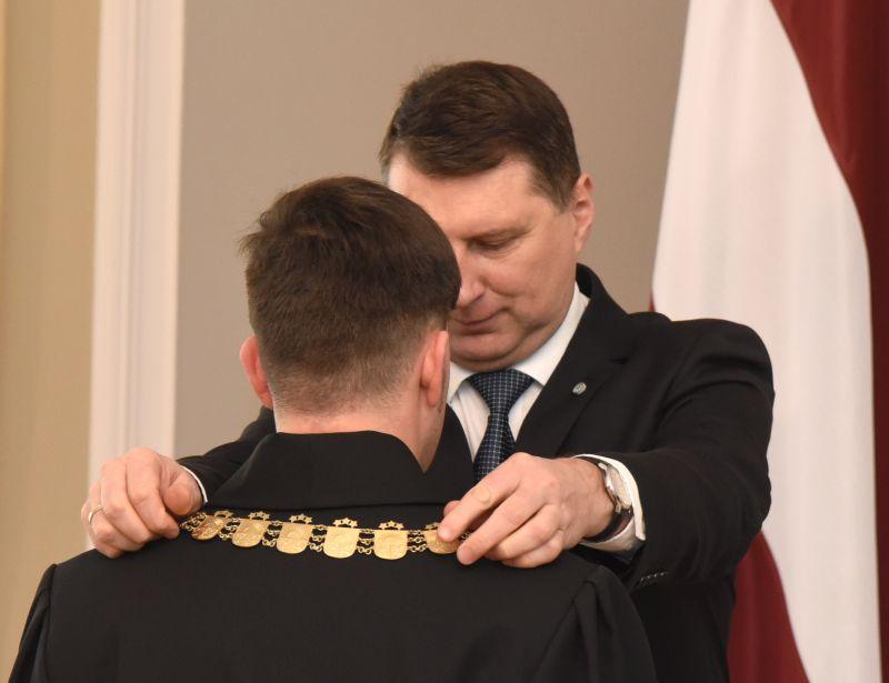 Valsts prezidents Raimonds Vējonis sveic tiesnesi svinīgās tiesnešu zvēresta nodošanas ceremonijas laikā Rīgas pilī šā gada februārī.