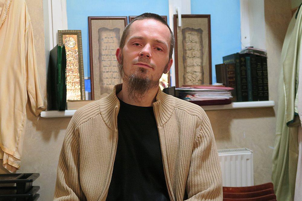 Latvijas Islāma kultūras centra vadītājs Hamza Jānis Luciņš uzsver, ka Latvijas islāma kopiena norobežojas no ekstrēmisma, un atgādina, ka šādas izpausmes esot pretrunā islāmam un pravieša Muhameda piemēram.