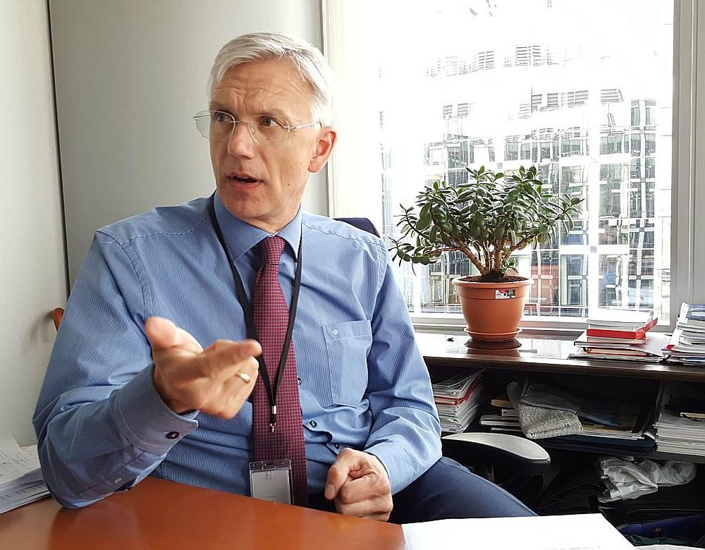 """Krišjānis Kariņš: """"Mans viedoklis – Latvijā OIK izveidoja, lai konkrēti cilvēki nopelnītu naudu, aizbildinoties ar Eiropas klimata politiku. Pamatdoma ir veidot shēmas, lai liktu sabiedrības vairākumam maksāt – mēs turpinām dzīvot ar šīs domāšanas nastu."""""""