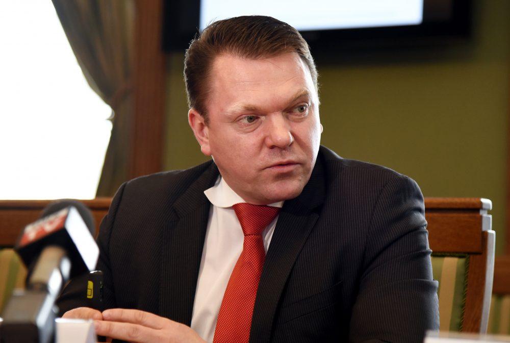 """VAS """" Latvijas dzelzceļš"""" valdes priekšsēdētājs Edvīns Bērziņš piedalās preses konferencē saistībā ar uzņēmuma ilgspējas pārskatu."""