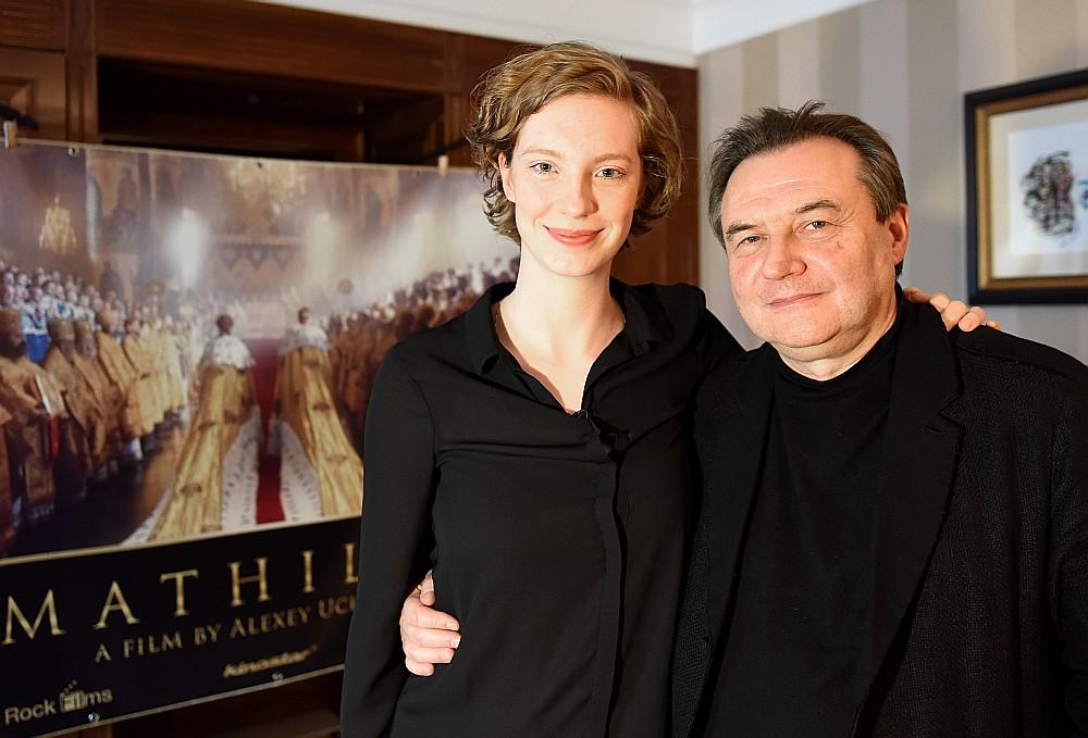 """Luīze Volframa – galvenās lomas – balerīnas Matildes Kšesiņskas – lomas atveidotāja filmā """"Matilde"""" kopā ar režisoru Alekseju Učiteļu šā gada Berlinālē."""