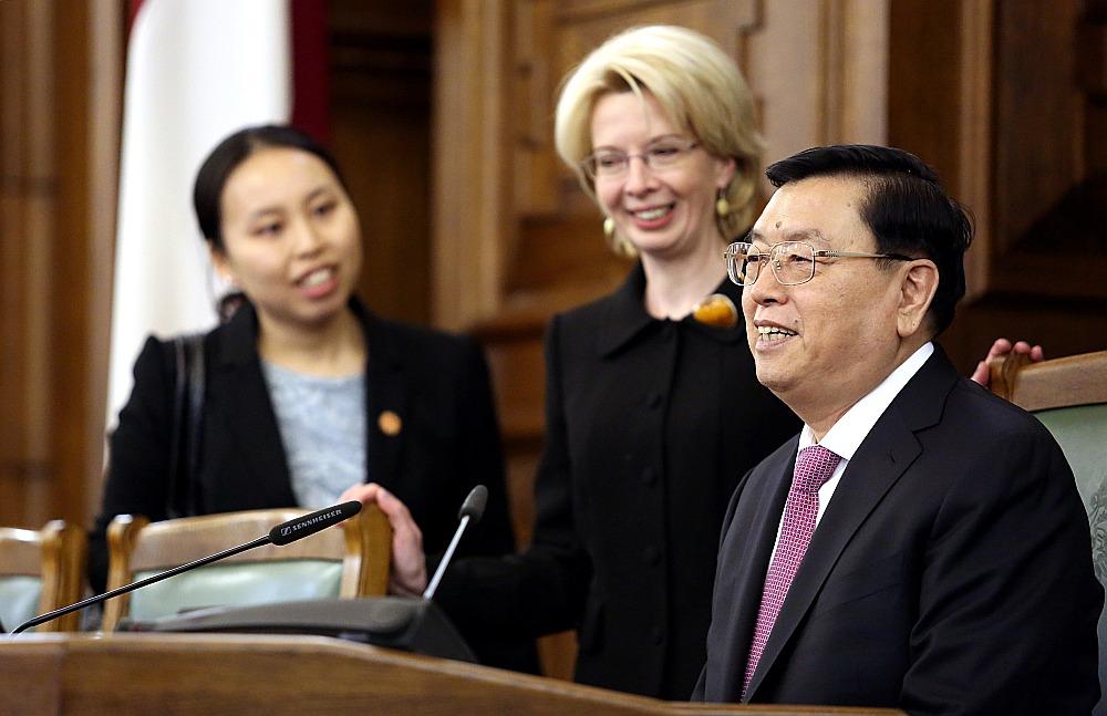 Saeimas priekšsēdētāja Ināra Mūrniece iepazīstina Ķīnas parlamenta spīkeri Džanu Dedzjanu ar plenārsēžu zāli Saeimā. Ķīnas parlamenta priekšsēdētājs uzaicināja Mūrnieci vizītē apmeklēt Ķīnu.