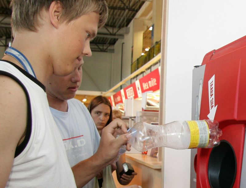 Depozīta sistēma ieviesta daudzās Eiropas valstīs, tostarp mūsu kaimiņvalstīs. Attēlā: jaunieši Igaunijā nodod plastmasas pudeles – par vienu tukšo taru var saņemt pat 10 centus.