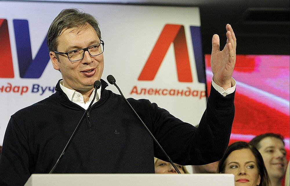 Aleksandrs Vučičs Belgradā uzrunā savus atbalstītājus pēc uzvaras svētdien notikušajās prezidenta vēlēšanās.