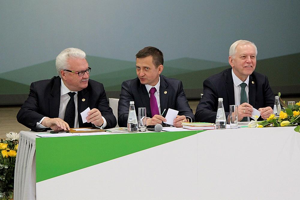 Zemnieku savienības vadošais trio priekšsēdētājs Augusts Brigmanis (no labās), vietnieki Armands Krauze un Jānis Dūklavs.