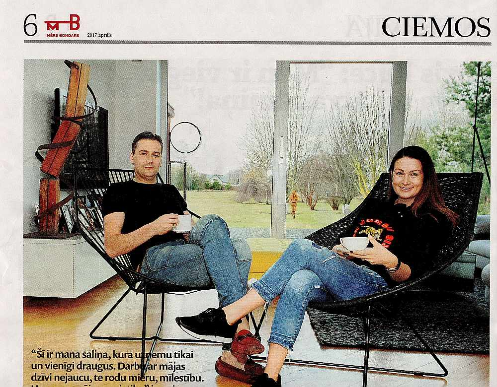 Arī savā politreklāmas avīzē Mārtiņš Bondars kopā ar dzīvesbiedri stāsta par savu Mārupes ģimenes māju.