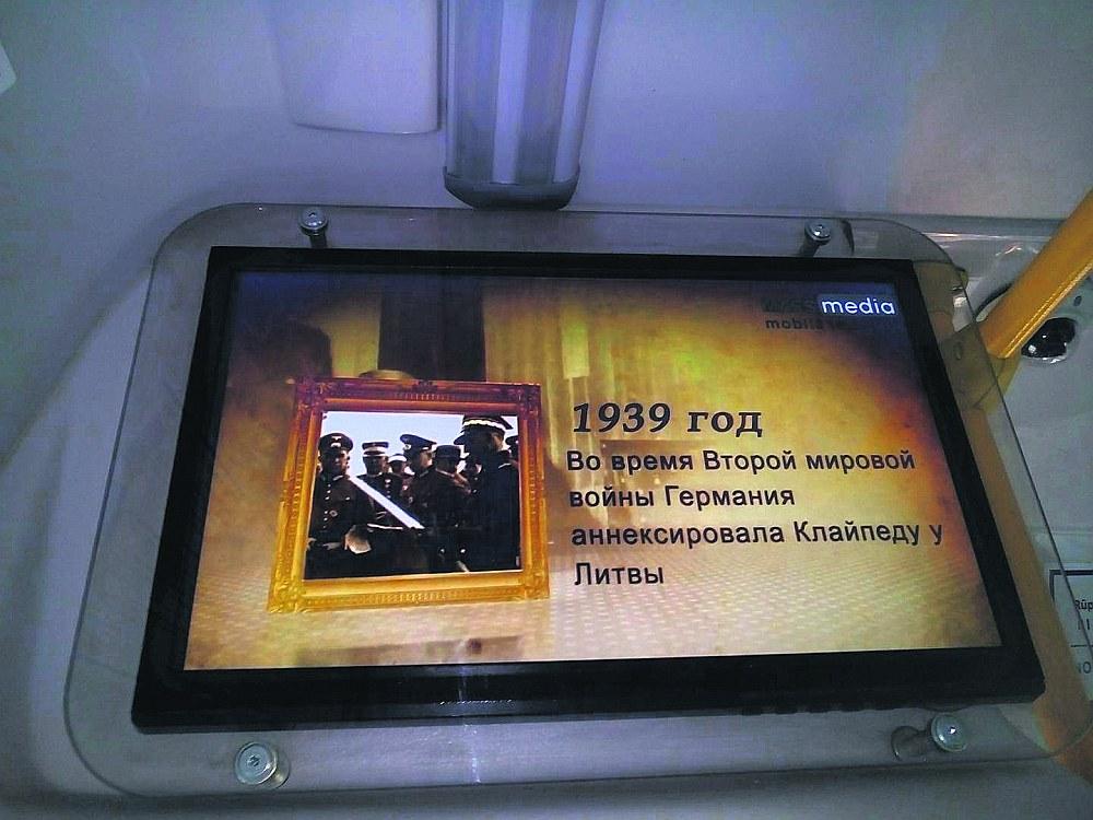 """Šā gada 22. martā mikroautobusu informatīvajos ekrānos latviešu un krievu valodā tika publicēts šāds """"fakts"""" – """"1939. gada 22. martā Otrajā pasaules karā Vācija atņem Lietuvai Klaipēdu"""", kaut gan oficiāli par Otrā pasaules kara sākumu tiek uzskatīts 1939. gada 1. septembris, kad nacistiskā Vācija, sekojot 23. augustā noslēgtajam Molotova–Ribentropa paktam, iebruka Polijā."""