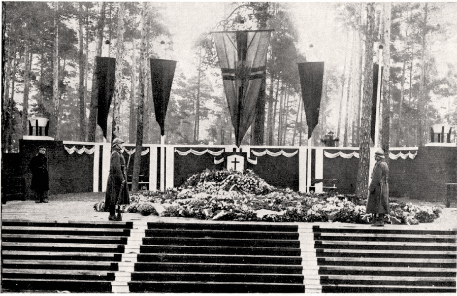 Jāņa Čakstes kapa sākotnējais izskats drīz pēc bērēm 1927. gada marta beigās. Tobrīd šis Meža kapu stūris skaitījās kluss un nomaļš.