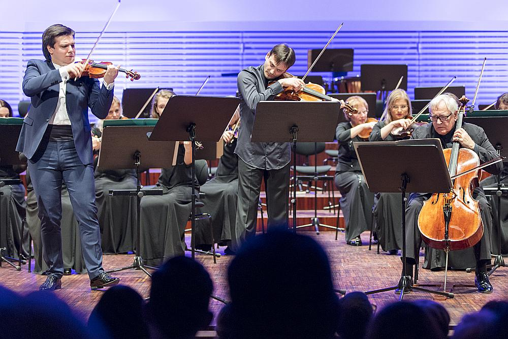 """24. marta koncertā """"Tutti i virtuosi"""" uz skatuves kāpa vienlaikus trīs stīgu instrumentu lielmeistari – vijolnieks Sergejs Dogadins (no kreisās), altists Maksims Risanovs un čellists Dāvids Gerings."""