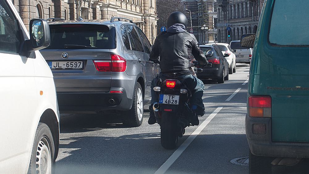 Motocikls starp auto joslām – atļauts manevrs, kas tomēr prasa papildu piesardzību.