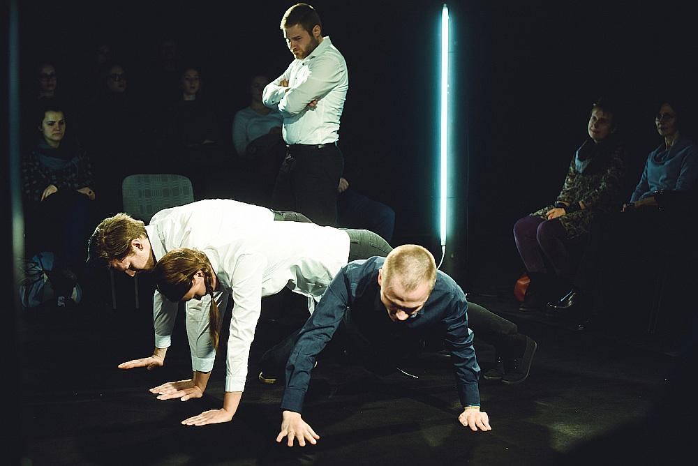 """Skats no izrādes jeb, kā rakstīts pieteikumā, atmiņu monologa četriem aktieriem """"Būt nacionālistam"""", kas iestudēta """"Dirty Deal Teatro""""."""