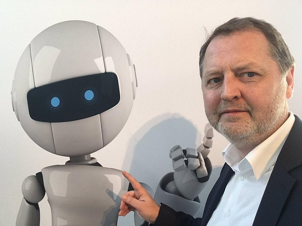 Zaims Alkans, lielīdams savus digitālos tekstražus, vienlaikus mierina žurnālistus: darbu viņiem roboti neatņemšot.