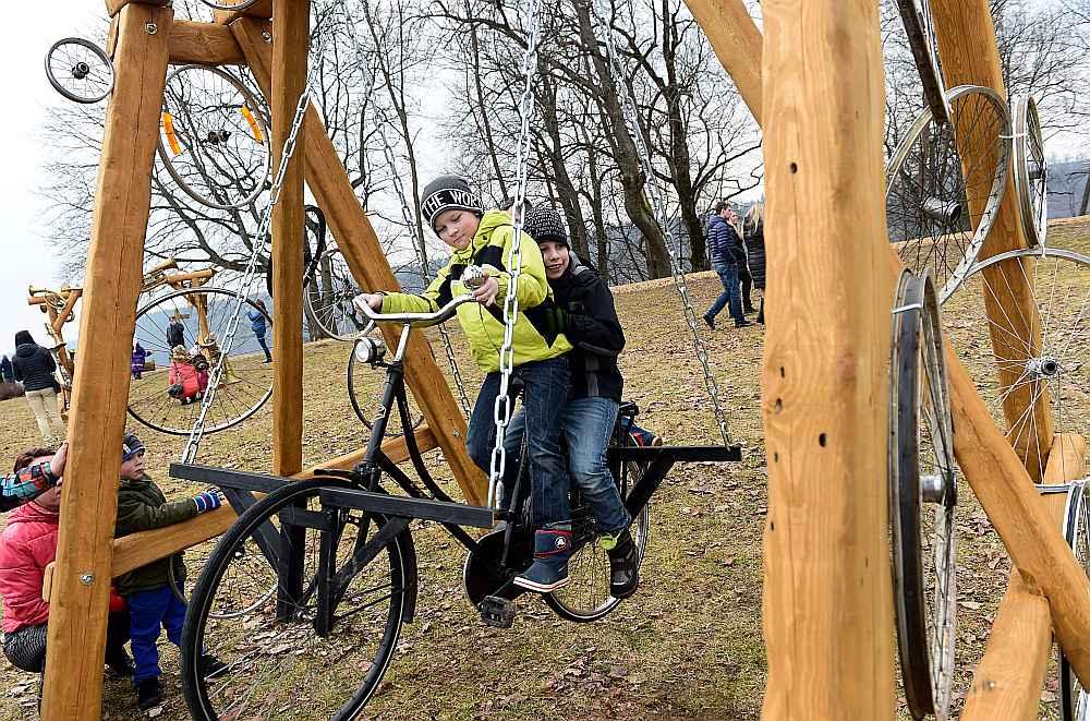 """No 15. līdz 17. aprīlim Siguldā trīs kilometru garumā ikviens varēs apskatīt un izšūpoties 100 īpaši festivālam """"Latvija šūpojas Siguldā"""" veidotās unikālās šūpolēs."""
