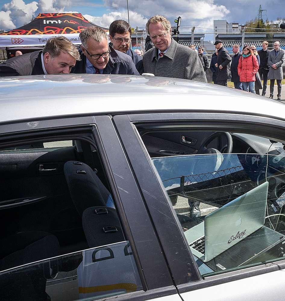 Uldis Augulis, Arvils Ašeradens, Andris Lukstiņš un Juris Binde pie bezpilota auto.