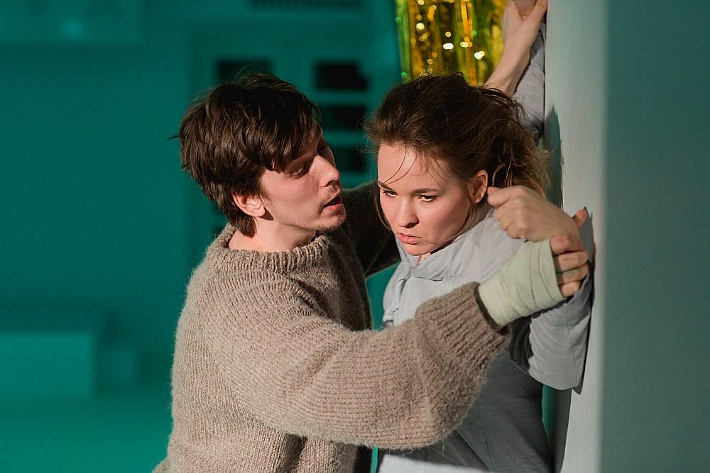 Izrādē vispārsteidzošākie ir Edgara (Alberts Vecmanis) un Kristīnes (Zanda Mankopa) tēli. Jauna cilvēka apjukumu, nonākot situācijā, kad jāpieņem dzīvē svarīgs lēmums, abi nospēlē ļoti organiski.