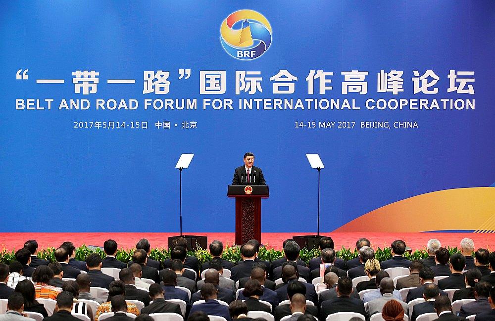 """Ķīnas prezidents Sji Dzjiņpins samitā """"Viena josta, viens ceļš"""" Pekinā 15. maijā aicināja pasaules valstis iesaistīties Jaunā Zīda ceļa veidošanā."""