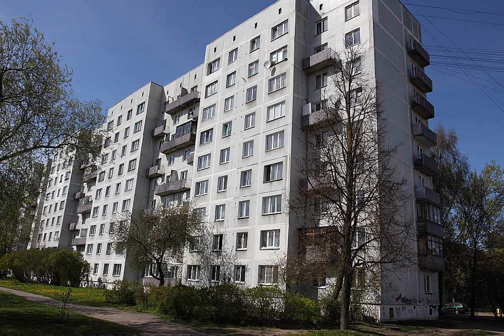 Advokāta Alvja Začesta kontaktadrese ir dzīvoklī šādā paneļu mājā Pļavniekos.